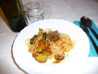 Spaghetti-mit-Zucchini-in-rot
